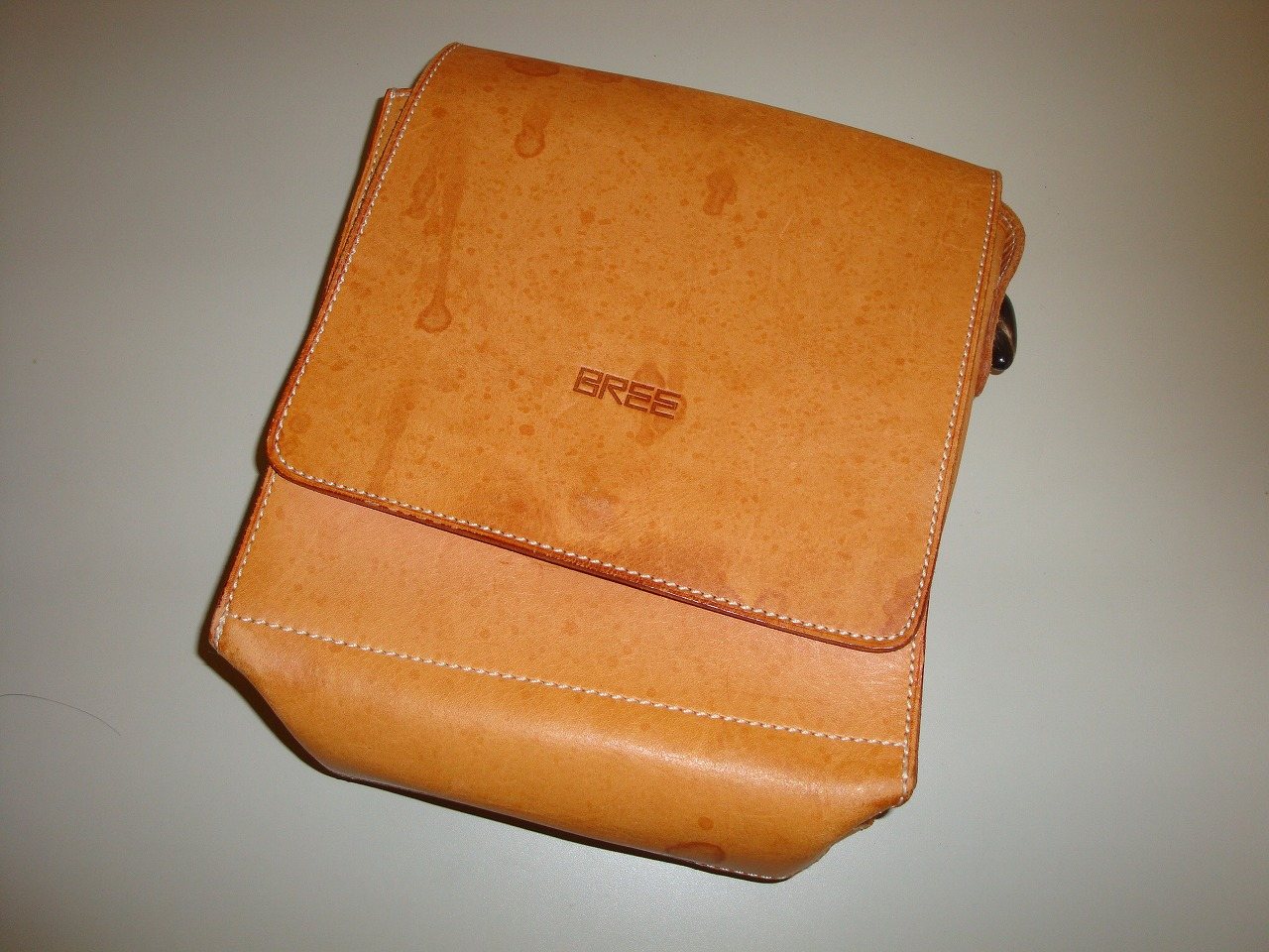 BREEのバッグに関わらずヌメ革系の製品は、見た目はとてもお洒落なのですが色落ちや雨染みになり