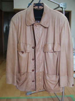 長年愛用の革のコート!色褪せているからとクローゼットにしまっていませんか!?