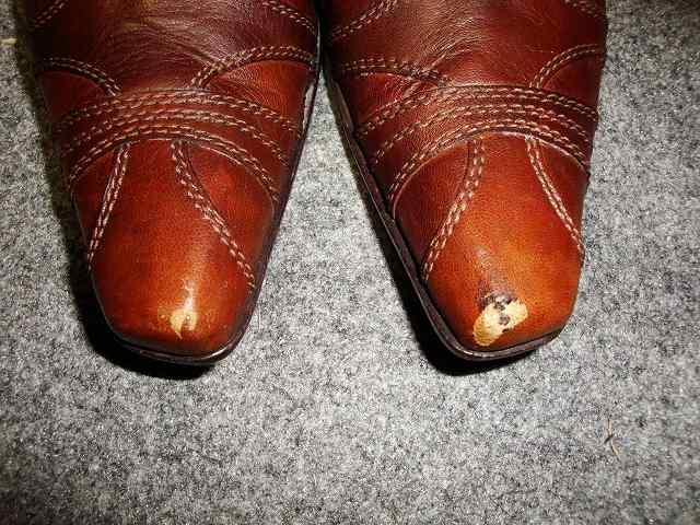 ブーツのつま先部分キズ補修